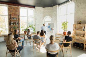 Salle de réunion avec les distances et gestes barrières